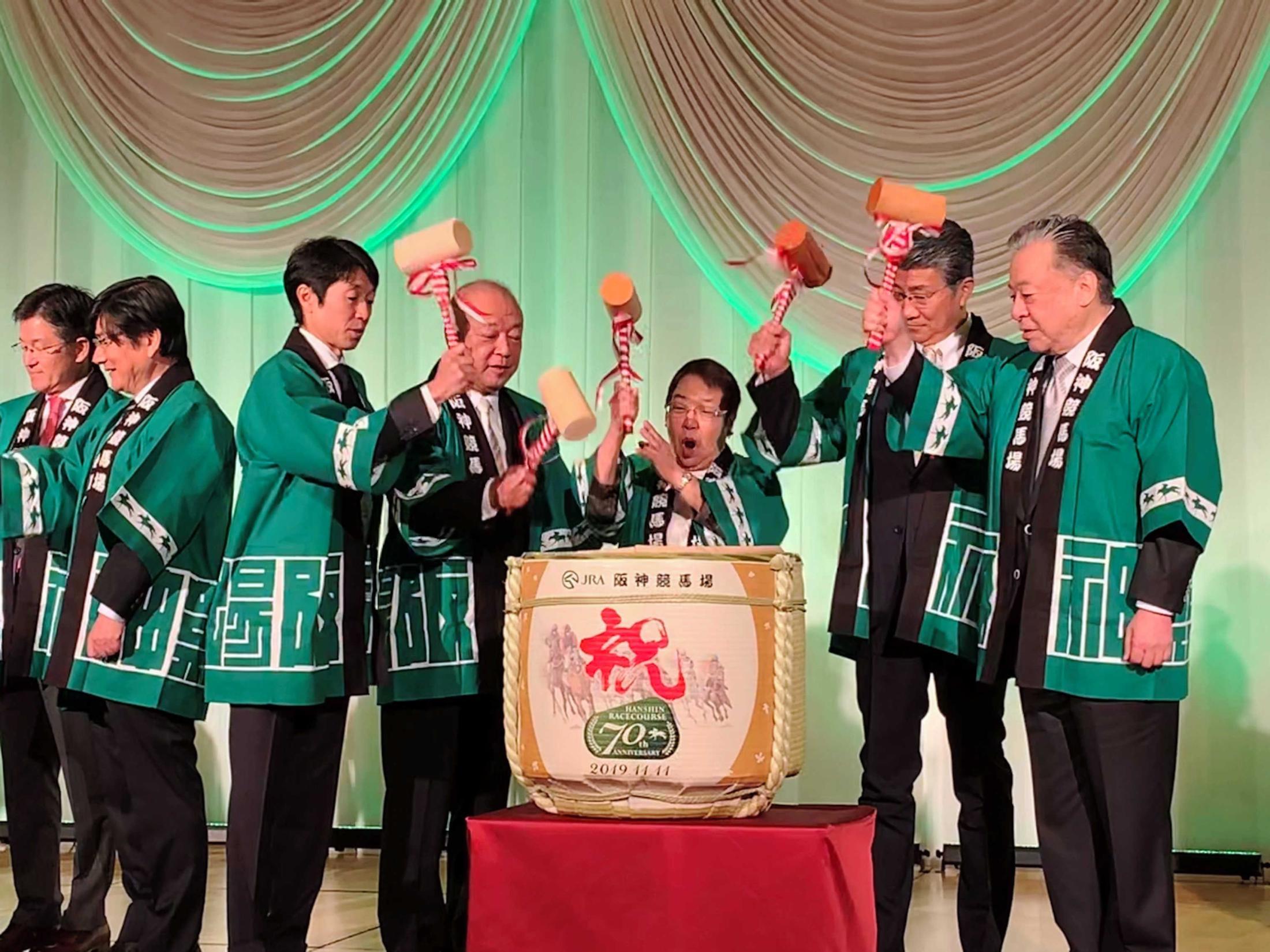JRA後藤正幸理事長(右端)らと鏡開きをする武豊・日本騎手クラブ会長(左から3人目)