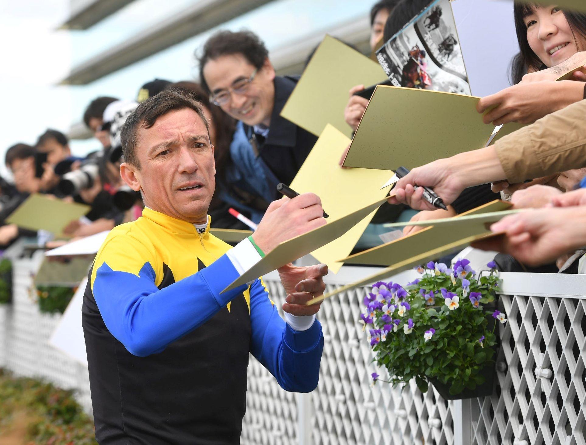 5R、メイクデビュー阪神でストーンリッジに騎乗し勝利したランフランコ・デットーリ=阪神競馬場