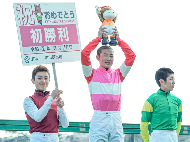 嬉しいJRA初勝利を挙げた秋山稔樹騎手(c)netkeiba.com、撮影:下野雄規