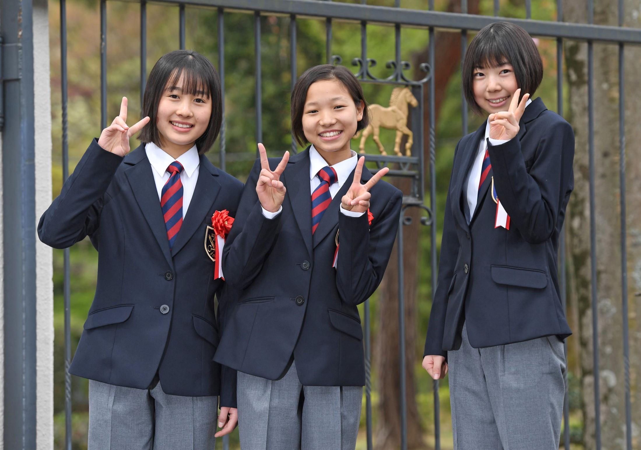 入学式で笑顔をみせる騎手課程39期生の(左から)大江原比呂、小林美駒、河原田菜々(撮影・三好信也)