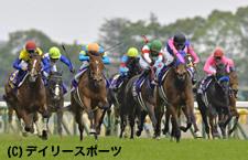 直線で力強く抜け出した樫の女王に輝いたメイショウマンボ(右手前、左は3着のデニムアンドルビー)=東京競馬場