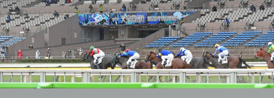 中央競馬も有観客再開されレースを観戦する観客=東京競馬場(撮影・三好信也)