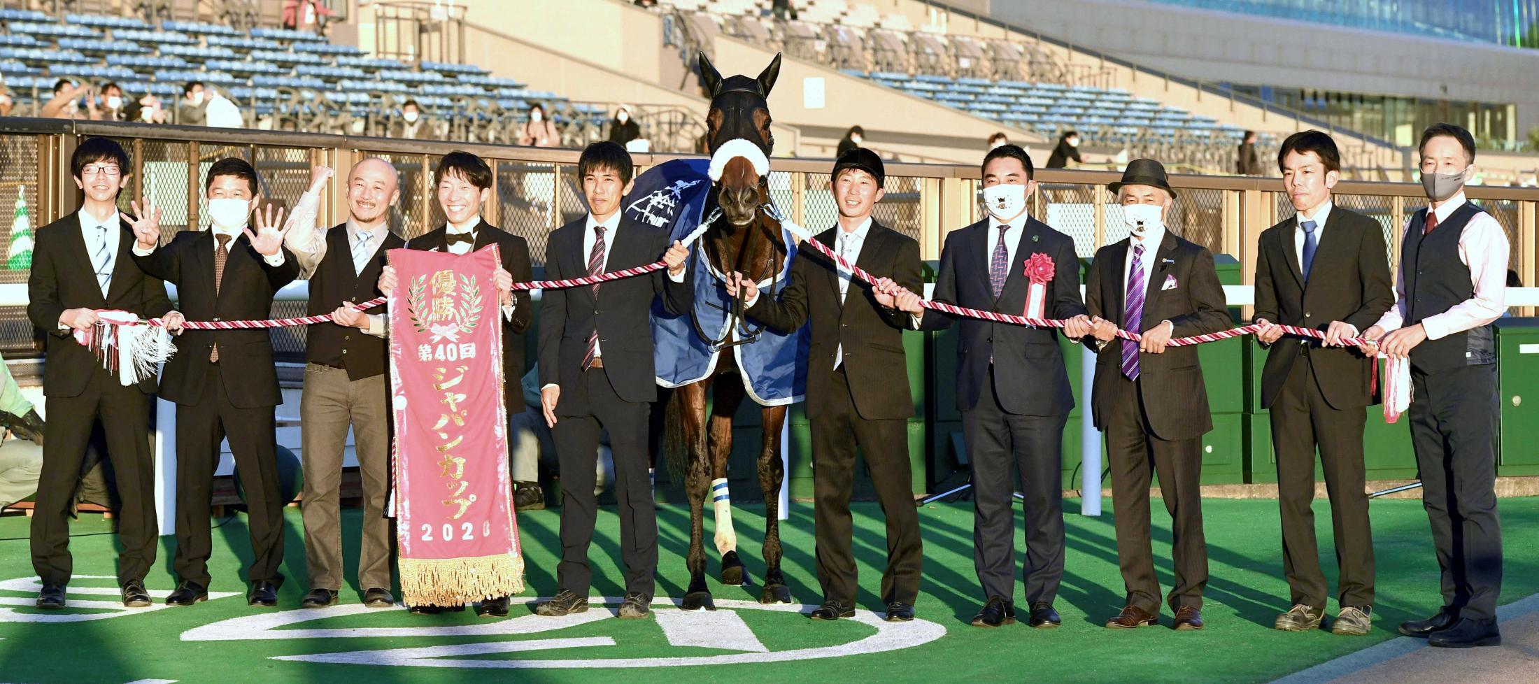 ジャパンCを制し9冠馬となったアーモンドアイと喜ぶ国枝師(右から3人目)と米本昌史シルクレーシング代表(右から4人目)ら関係者