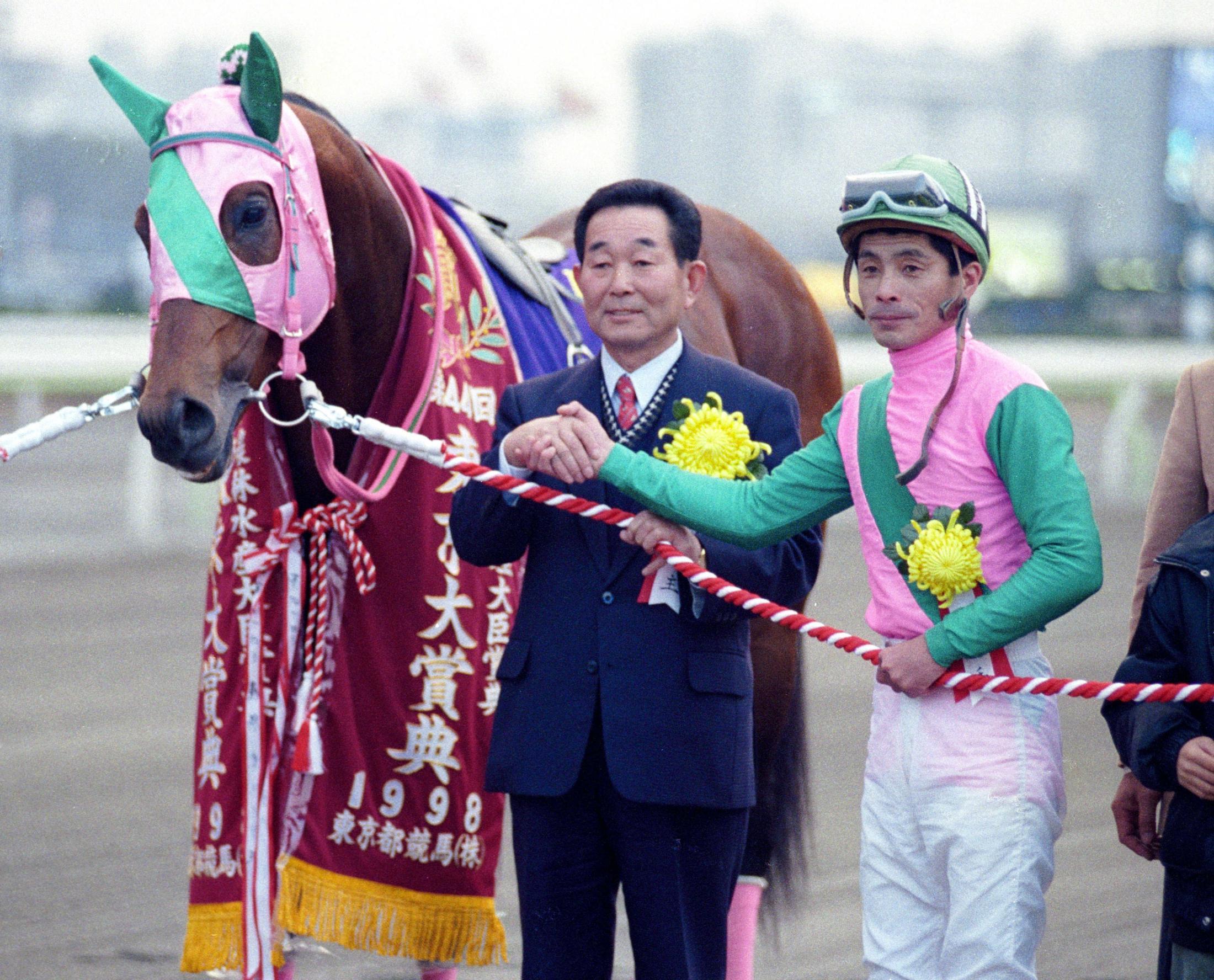 98年東京大賞典を制したアブクマポーロと石崎隆之騎手(右)