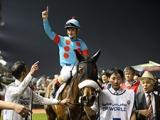 【海外競馬】ドバイのモハメド殿下がアーモンドアイ陣営を表彰、ルメール騎手がベストジョッキーに