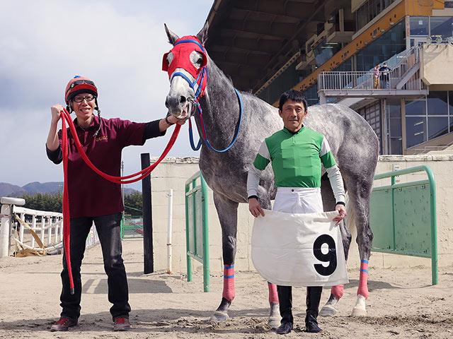 写真左、初勝利をあげた永田幸宏調教師(写真提供:岩手県競馬組合)