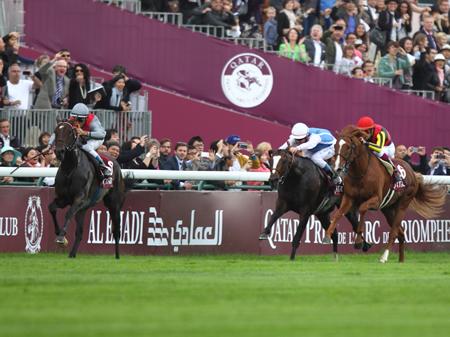 直線に入っていち早く抜け出したT.ジャルネ騎手騎乗の3歳牝馬トレヴ(左)がオルフェーヴル、キズナを倒し凱旋門賞を制す(撮影:高橋 正和)