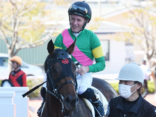 デビュー勝ちのタガノエスコートと鞍上のデムーロ騎手(c)netkeiba.com