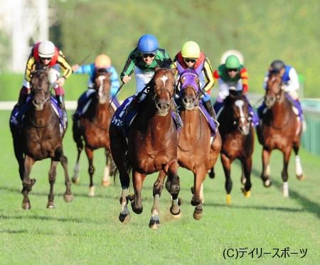 4馬身差の圧勝でGI初制覇を飾ったジャスタウェイ(右から4頭目)=東京競馬場
