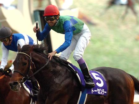 武豊騎手騎乗のトーセンラーが、直線で素晴らしい伸び脚を発揮し2着のダイワマッジョーレに1馬身差をつけ優勝した/マイルCS
