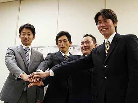 栗東トレセン事務所にて行われた合格者の記者会見、左から池添、奥村、西村、松下新調教師(撮影:花岡貴子)