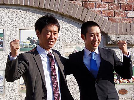 美浦トレセンにて行われた合格者の記者会見、左から奥村武、武井亮新調教師(撮影:佐々木祥恵)
