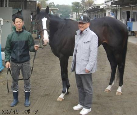 元気な姿を披露したイスラボニータと栗田博師(右)