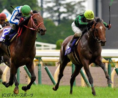 グランプリボス(左)とのたたき合いを制して、凱旋Vを果たしたジャスタウェイ=東京競馬場