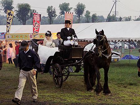 シンザンフェスティバルでは恒例の馬上結婚式