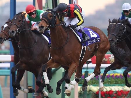 戸崎圭太騎手騎乗のジェンティルドンナが7つ目のGIタイトルを手にし、有終の美を飾った(撮影:下野雄規)