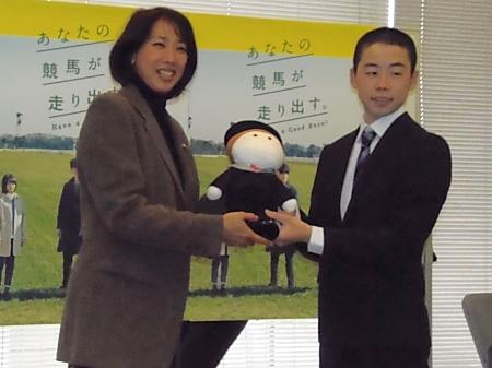 小谷実可子さんから記念品を贈呈される野中悠太郎さん(撮影:佐々木祥恵)