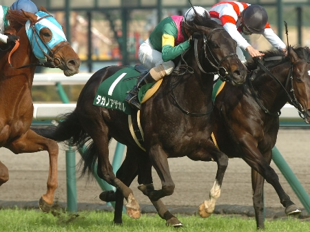 タガノアザガルがゴール前の接戦を制し、人馬ともに重賞初制覇