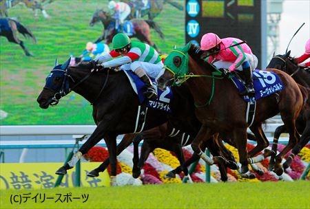早めの仕掛けで後続の追撃を封じたマリアライト(左)=京都競馬場