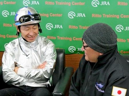 ゴールドシップについて「相変わらずいい馬、面白い馬です」と語った横山典弘騎手。右は須貝調教師(撮影:花岡貴子)