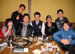 教え子・12期生たちと緒方スターター(中央)