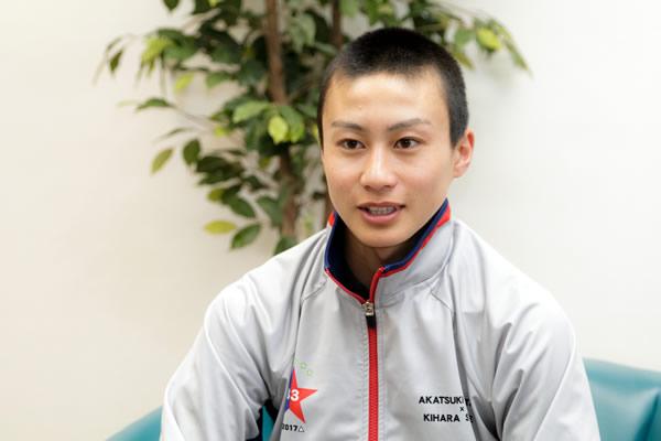 今回は乗馬経験なしで競馬学校に入学、と異例の経歴を持つ富田暁騎手の第2回です